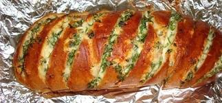 Рецепт на костре – хлеб с сыром и мясными консервами